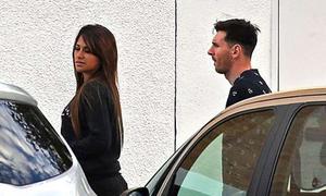 Messi và Mascherano được vợ lái xe đến đón ở sân bay khi trở lại Tây Ban Nha
