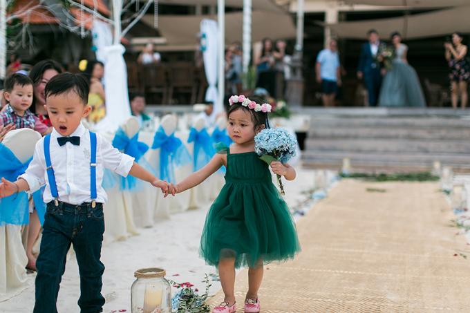 Các bé phù dâu, phù rể mặc trang phục xanh theo tông màu của lễ cưới.