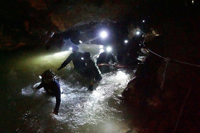 Nhóm cứu hộ thuộc Hải quân Hoàng gia Thái Lan vượt qua một khu vực ngập nước bên trong hang Tham Luang hôm 1/7. Ảnh:Royal Thai Navy.
