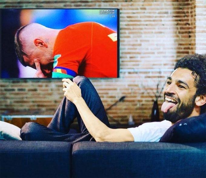 CĐV chế ảnh Salah lè lưỡi vui sướng khi Ramos gục đầu khóc