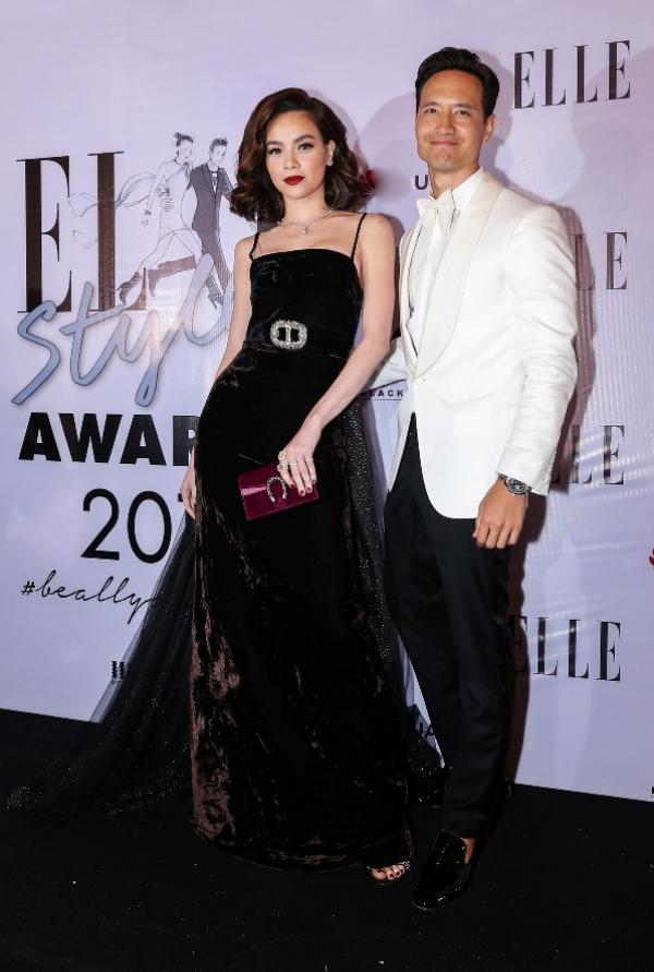 Xuất hiện cùng Kim Lý tại sự kiện Elle Awards vừa qua, Hồ Ngọc Hà thu hút với phong cách cổ điển. Cô làm tóc ngắn xoăn nhẹ cùng kiểu trang điểm quyến rũ nhấn vào đôi môi trầm.