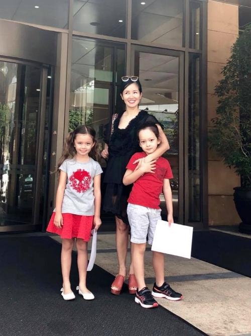 11h30 mẹ Bống rời sự kiện cùng sự tháp tùng của Tôm và Tép.