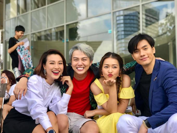 Hoàng Oanh cười rạng rỡ bên dàn diễn viên Duy Khánh, Khả Ngân, Nhan Phúc Vinh.