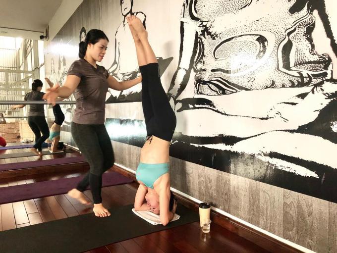 7h30: Hồng Nhungtập yoga.