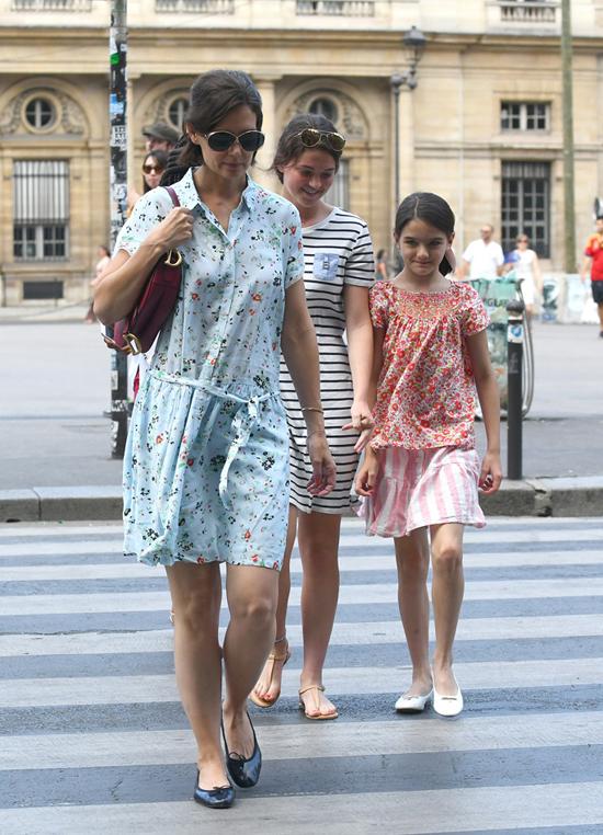 Đến buổi chiều, Katie và Suri thay váy hoa tiếp tục khám phá Paris.