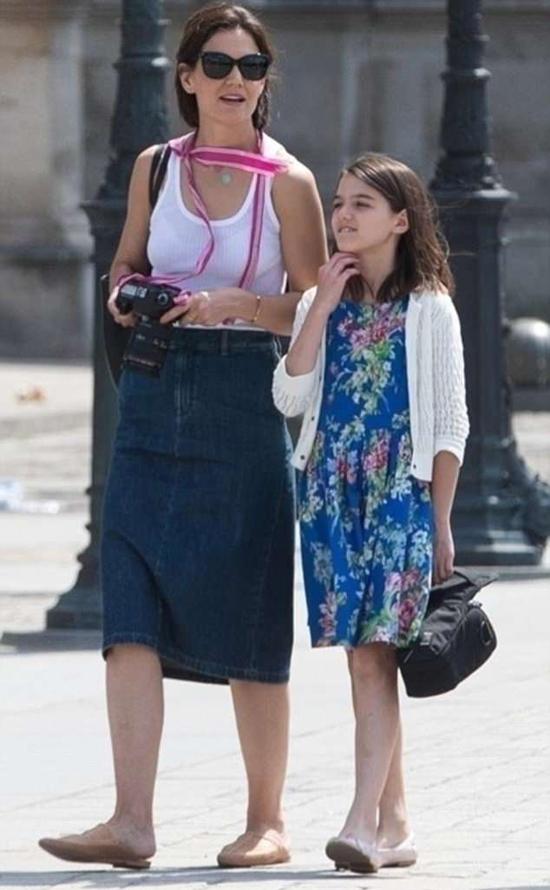 Katie Holmes xách theo máy ảnh cùng con gái dạo phố Paris hôm 1/7. Hai mẹ con tới thăm nhiều địa danh như khu vườn Tuileries và bảo tàng Louvres.