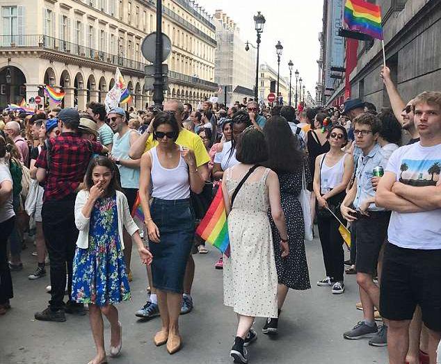Ngôi sao Hollywood hòa cùng đám đông diễu hành của cộng đồng LGBT trên đường phố.