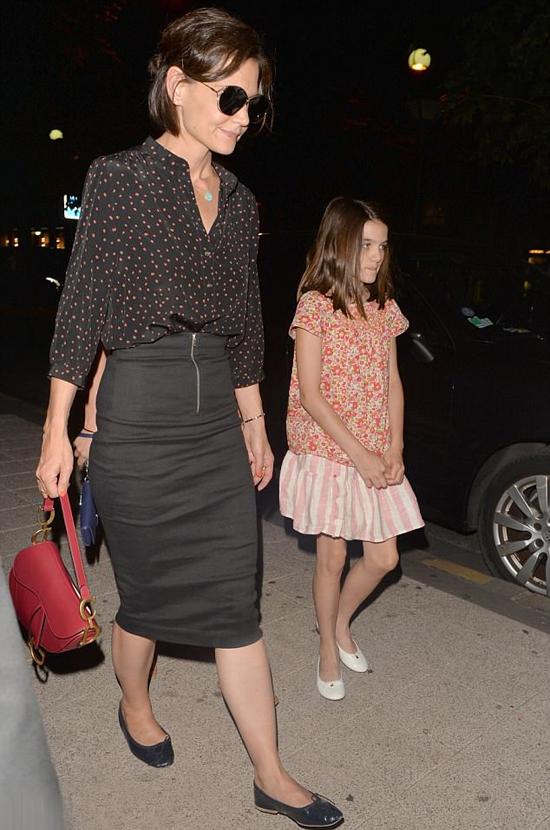 Suri theo mẹ tới dự show thời trang Haute Couture của Fendi vào tối chủ nhật.