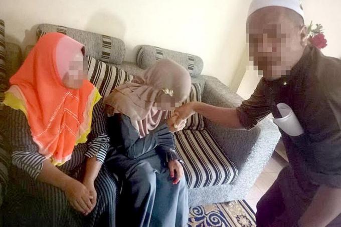 Người đàn ông và vợ mới 11 tuổi nắm tay nhau trong đám cưới. Ảnh: The Straits Times.
