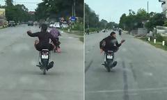 Nam thanh niên vừa lái xe máy bằng chân, vừa 'quẩy' trên đường