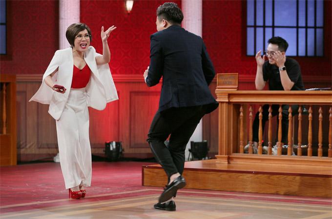 Trong vai trò là luật sư, Việt Hương và Trấn Thành đã có những màn tung hứng hài hước khiến các khán giả trường quay bật cười thích thú.