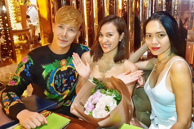 Nhà thiết kế Hoàng Ngân (ngoài cùng bên phải) dự buổi tiệc sang trọng, ấm cúng cùng Phương Mai và Nathan Lee.