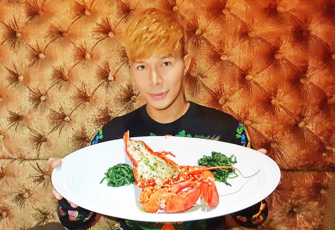 Giọng ca Xinh đãi nữ MC món tôm hùm. Anh cho biết đã hủy chuyến công tác Paris để ở nhà đón tuổi mới cùng Phương Mai.