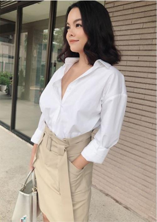 Phạm Quỳnh Anh đẹp thanh lịch trong áo sơ mi trắng.