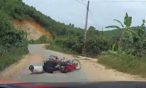 Người đàn ông suýt bị ôtô nuốt vào gầm khi ngã xe máy ở khúc cua