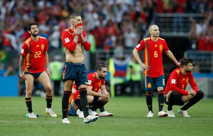 Các cầu thủ Tây Ban Nha thẫn thờ sau loạt đá luân lưu trong trận gặp chủ nhà Nga ở vòng 16 đội World Cup 2018. Sớm có bàn mở tỷ số ngay đầu trận nhưng Những chú bò tót không bảo toàn được tỷ số, để Nga gỡ hòa 1-1 ở cuối hiệp một và kéo trận đấu sang loạt đá 11m. Nga chơi xuất sắc hơn và giành chiến thắng với tỷ số 4-3.
