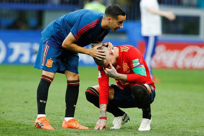 Ramos ngồigục xuống sân khóc vì tiếc nuối. Trung vệ của Realchính là người gây tác động dẫn tới bàn phán lưới nhà của hậu vệ Sergei Ignashevich bên phía tuyển Nga, giúp Tây Ban Nha vượt lên dẫn trước 1-0 ở phút thứ 12.