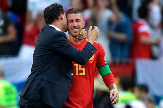 HLV Fernando Hierro an ủi Ramos.