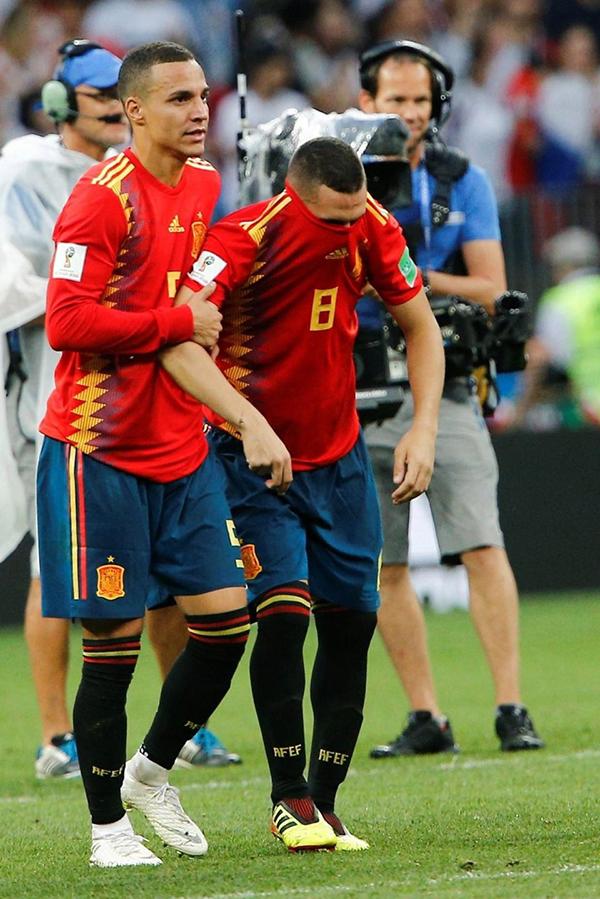 Đồng đội dìu Koke rời sân.Koke là một trong hai cầu thủ đá hỏng penalty bên phía tuyển Tây Ban Nha bên cạnhIagoAspa.