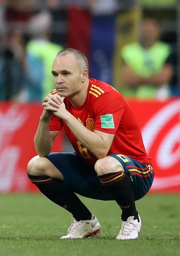 Iniesta ngồi thẫn thờ. Anh quyết định chia tay đội tuyển quốc gia ngay sau thất bại ở World Cup 2018.