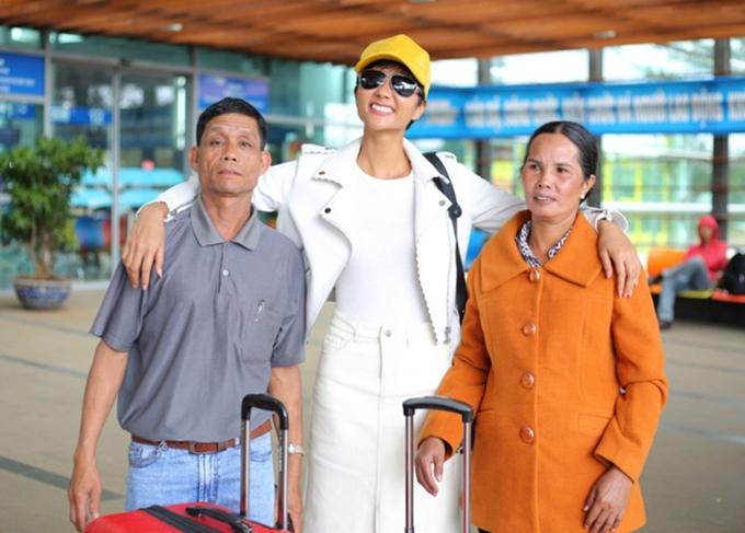 Bố mẹ HHen Niê thỉnh thoảng vào Sài Gòn thăm và mang theo đồ ăn cho con gái.