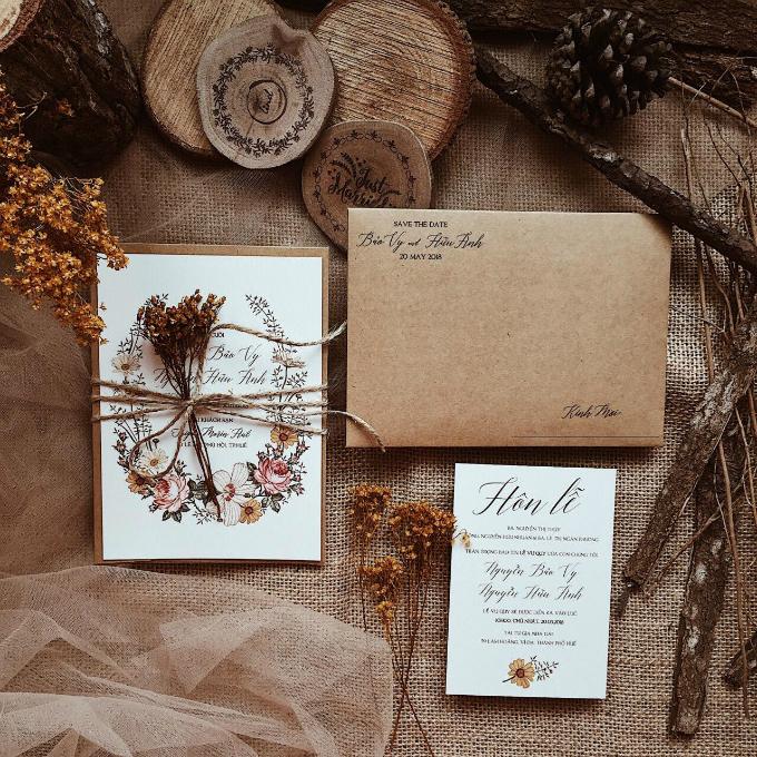 Phong bì đựng thiệp mang màu nâu mộc mạc. Phông chữ chính được sử dụng là phông chữ viết tay (calligraphy) đang thịnh hành và được nhiều cặp lựa chọn khi in thiệp cưới.