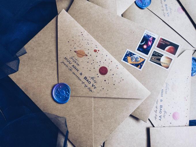Phong bì đựng thiệp được chăm chút từng li từng tí với hình ảnh của sao Hỏa và sao Thổ, còn tem thư cũng mang hình ảnh của hai ngôi sao này. Cặp uyên ương dùng con dấu sáp mang hình một hành tinh để niêm phong bì.