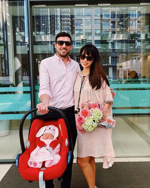 Hà Anh và ông xã cười rạng rỡ mừng con gái tròn 1 tuần tuổi. Người đẹp chia sẻ: