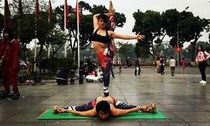 9X lấy lại dáng chuẩn sau 11 ngày sinh nhờ yoga và mẹ chồng tâm lý