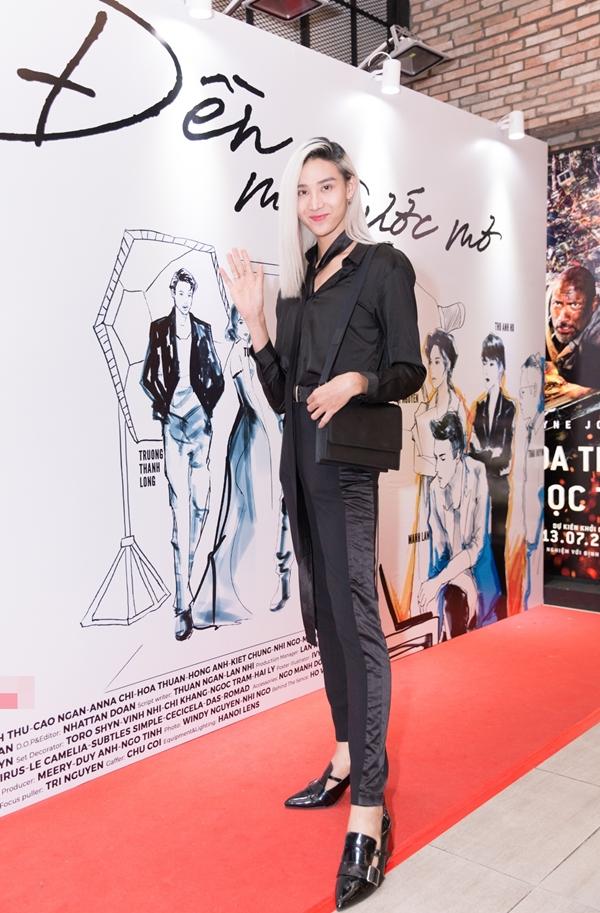 Người mẫu lưỡng tínhMid Đức khoe chân dài thẳng tắp.