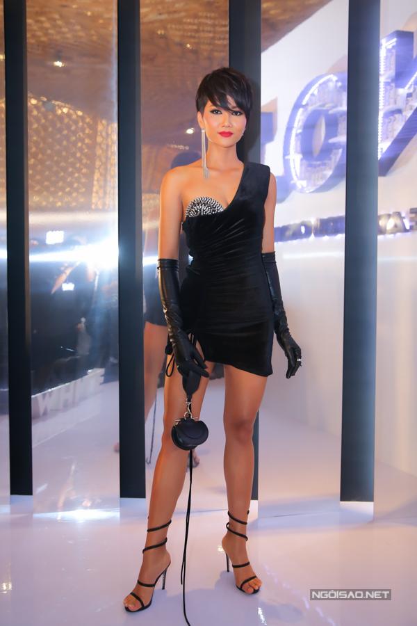 Bộ cánh gây tranh cãi mới đây của HHen Niê vẫn được bầu chọn là Trang phục đẹp nhất tại sự kiện.
