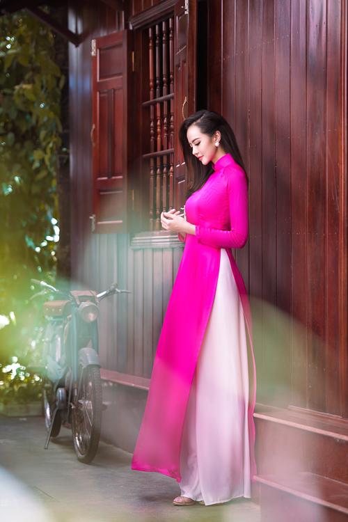 Áo dài lụa trơn có nhiều màu sắc để cô dâu lựa chọn tùy theo phong cách hay nước da.