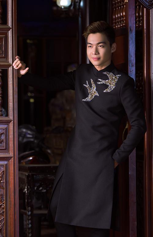 Áo dài của chú rể nam tính, sang trọng với tone đen và họa tiết thêu đan xen hai màu trắng, vàng.