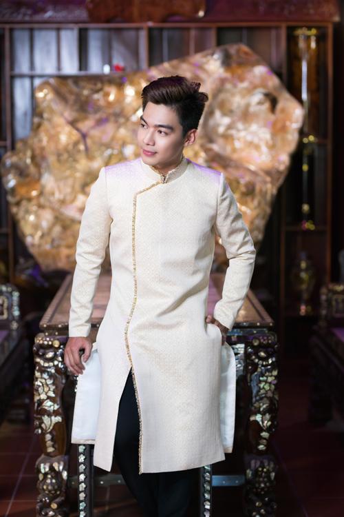 Trong khi đó, Minh Trí gợi ý áo dài vải gấm màu trắng be cho các chú rể. Thiết kế tôn dáng nhờ phần vai ngang được dựng theo phom của áo vest.
