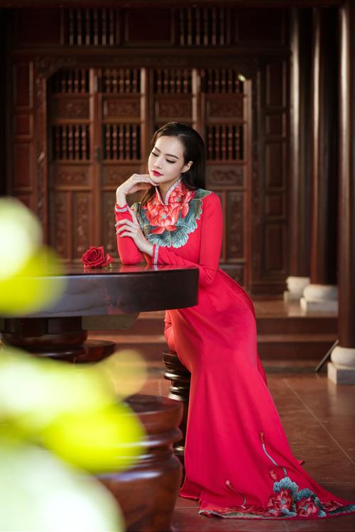 Vớimẫu áo thêu hoa sen đỏ, phom cổ điển, Kiều Ngân khoe được chiều cao và số đo ba vòng cân đối. Cổ áo cao cách điệu trẻ trung, kín đáo.