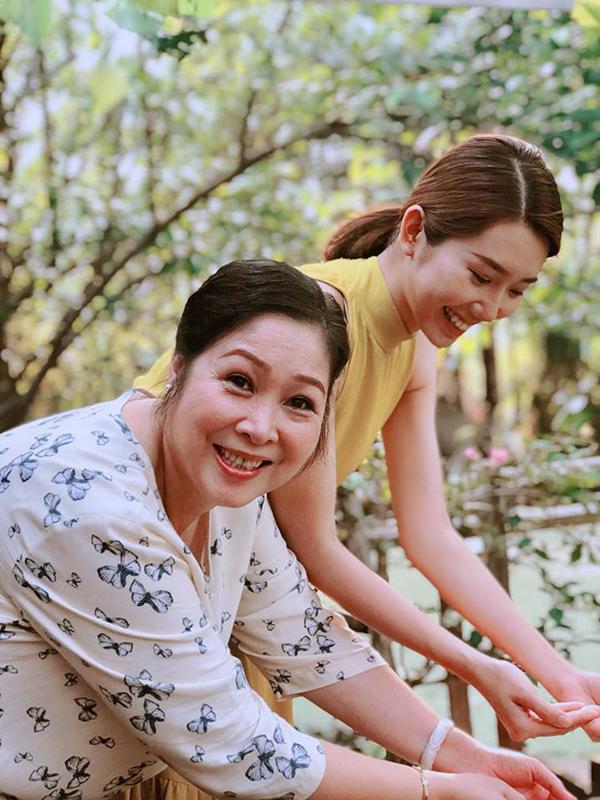Phim truyền hình Gạo nếp gạo tẻ bấm máy từ cuối năm 2016 và mới đóng máy cách đây 2 tháng. Phim dự kiến dài 80 tập, xoay quanh cuộc sống của các thành viên trong gia đình bà Mai (NSND Hồng Vân) và ông Vương (nghệ sĩ Mai Huỳnh). Gạo nếp gạo tẻ chuyển thể từ bộ phim Wangs Family nổi tiếng của Hàn Quốc với nhiều tình huống giở khóc giở cười, mâu thuẫn đan xen trong một gia đình nhiều thế hệ, nhiều biến cố. Trái với những căng thẳng trong phim, các diễn viên khi ở hậu trường đã có rất nhiều khoảnh khắc vui vẻ bên nhau.