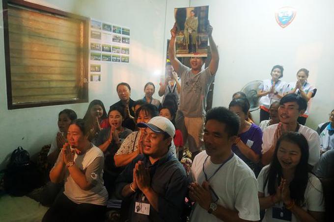 Người thân thở phào và cầu nguyện sau khi biết tin cả nhóm vẫn an toàn. Ảnh: AFP.