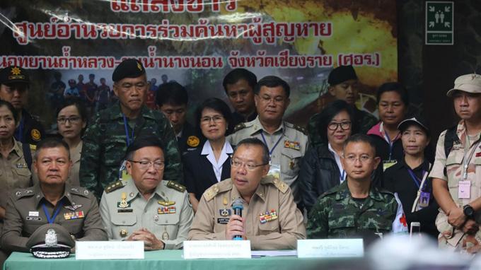 Thống đốc Narongsak trong cuộc họp báo sáng 3/7. Ảnh: The Nation.