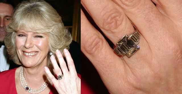Đó cũng chínhlàchiếc nhẫn mà Thái tử Charles dùng để cầu hôn với Nữ công tước trước đây. Chiếc nhẫn này vốn thuộc sở hữu củabà ngoại Thái tử Charles, cố Thái hậu Elizabeth. Chiếc nhẫn được chế tác theo phong cách Art Deco và có một viên kim cương hình vuông nặng 5 carat ở chính giữa với những viên kim cương nhỏ xung quanh. Vua George VI đã tặng vợ chiếc nhẫn này khi bà mang bầu lần đầu.