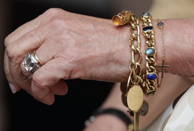 Chiếc nhẫn này là nhẫn đính hôn lớn nhất trong gia đình hoàng gia và có lẽ là chiếc có giá trị nhất. Deborah Papas, một thợ kim hoàn đến từ Prestige Pawnbrokers, nói với tờ Metro rằng cô ước tính chiếc nhẫn gia truyền có giá 288.000 USD.