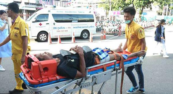 Người chồng được đưa tới bệnh viện cấp cứu ngay sau khi bị vợ cắt dương vật. Ảnh: Viral Press.