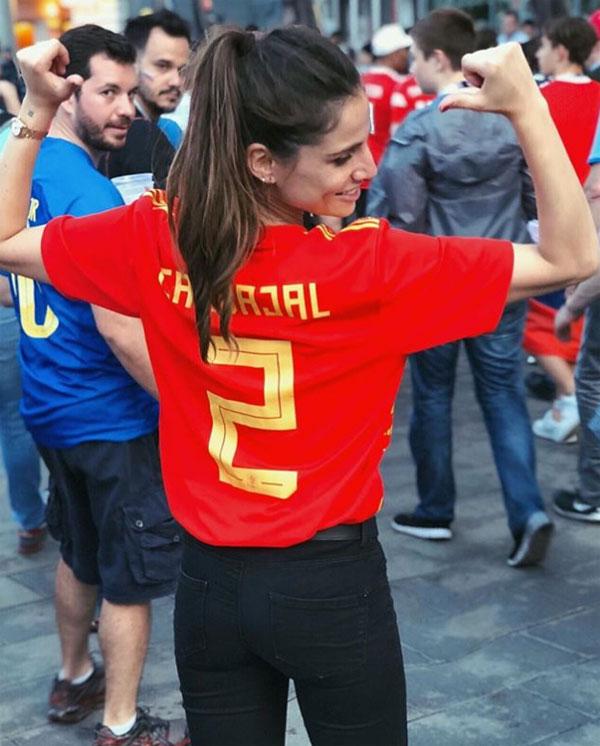Lucia Villalon khoe ảnh mặc áo hậu vệ Tây Ban Nha. Ảnh: Instagram.