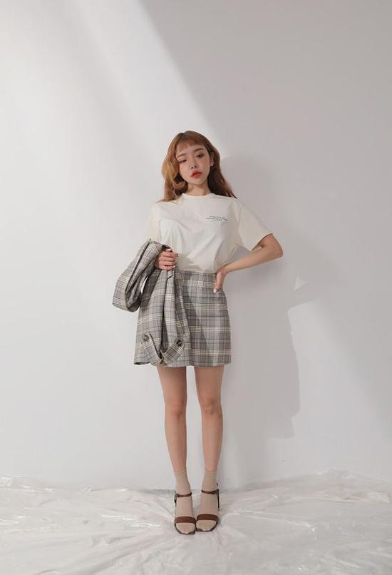 Ngoài các mẫu đầm mang dáng dấp phong cách hoài cổ, chân váy chữ A dáng ngắn cũng là món đồ được các fashionista châu Á ưa chuộng.