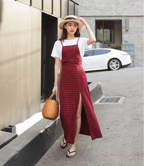 Các mẫu váy liền thân, váy hai dây, đầm vintage dễ dàng sử dụng khi đi cà phê và vẫn có thể mix đồ khi đến văn phòng.