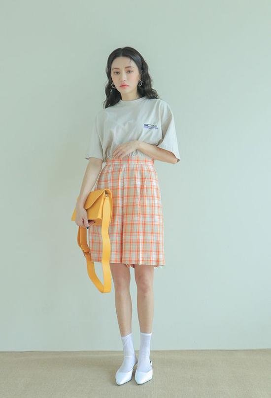 Chân váy ngắn, short ống rộng in họa tiết hợp mốt được phối hợp cùng các kiểu áo thun, áo sơ mi đơn sắc.