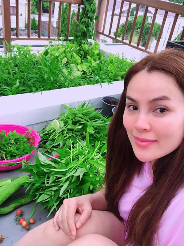 Người đẹp khoe thành quả sau một buổi thu hoạch rau. Cô cho biết gia đình quanh năm không phải mua rau, thậm chí còn phải liên tục cắt đem cho bạn bè.
