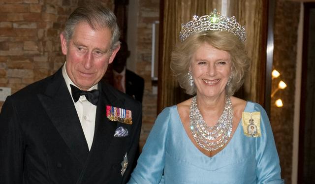 Không chỉ vậy, tờ Expresscũng khám phá ra rằng chiếc nhẫn chỉ là một trong nhiều trang sức mà bà Camilla sở hữu từ bộ sưu tập của cố Thái hậu. Bà Camilla được cho là đã đeo chiếc vương miện Greville, một món trang sức khác được truyền lại từ bà ngoại Thái tử Charles. Dù đã trải qua hàng trăm năm lịch sử nhưng chiếc nhẫn, chiếc vương miện đều được bảo quảntốt và không hề bịsứt mẻ.