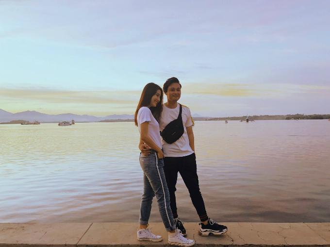 Diễm My khoe ảnh chụp cùng ca sĩ Quang Vinh. Nữ diễn viên viết: Anh Hoàng tử sơn cacủa lòng Diễm My. Nhìn hai anh em có xứng đôi không mọi người nhỉ?