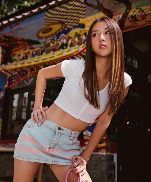 Quỳnh Anh Shyn diện áo croptop kết hợp với chân váy jeans ngắn trẻ trung,khéo léo khoevòng eo con kiến.