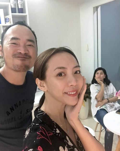 Vợ chồng Tiến Luật - Thu Trang nhí nhảnh tạo dáng chụp ảnh selfie.